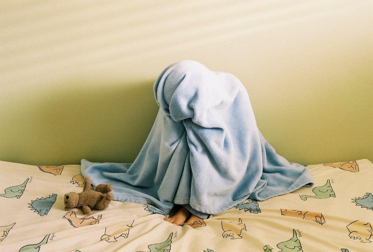 Стянул одеяло с сестры, Сводный брат забрался в постель к спящей сестре 9 фотография