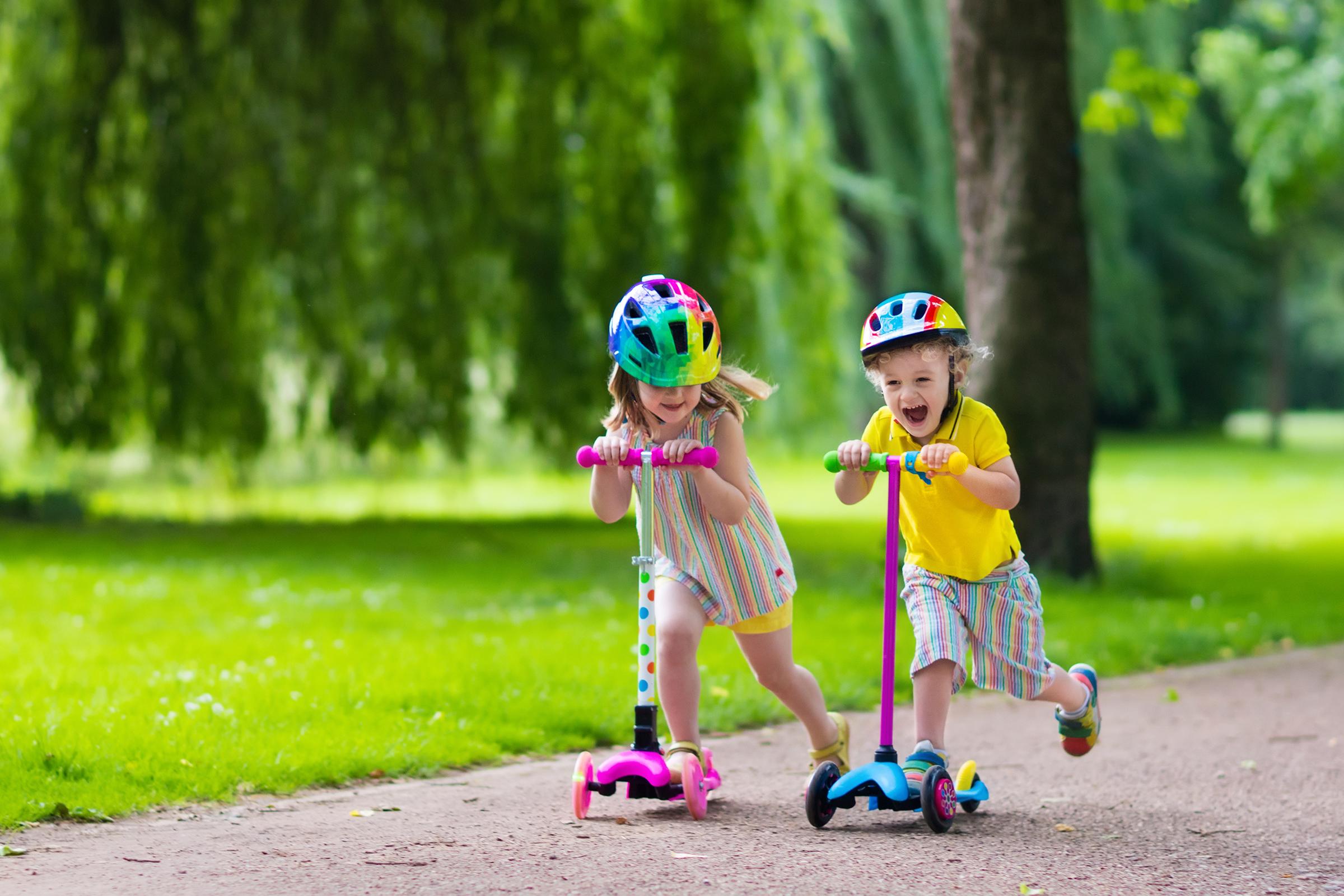 Фото дети на самокате
